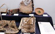 オセロットの毛皮で作ったバッグ。ブリチヤシの葉で作られたカゴなども