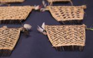 幾何学模様に編み込んだ柄のクシ