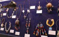 鳥の羽根などを利用した首飾り