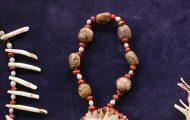 ピラルクーの鱗に穴をあけて何枚も重ねて作った首飾り。ムルンゴの赤い実やゴムの木の実も付けている