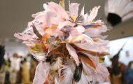 ヤシの繊維で作った網状の台にベニヘラサギの羽根を付けた頭飾り