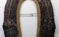 酋長の羽根冠。強さと権力の象徴。オオギワシ、コンゴウインコの羽根を使用