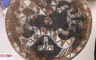 祭礼用円盤。アパライ族の神話のキャラクターである双頭の蛇が描かれている。アパライ族とワヤラ族が通婚関係を結ぶきっかけとなった出来事を表現