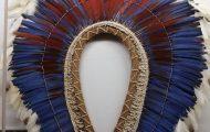 羽根製頭飾りはステータスのシンボル。この羽根飾りはコンゴウインコの羽根を使用
