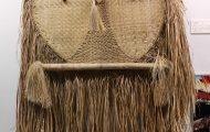 精霊をつかさどったヤシの葉製の巨大な仮面。目の部分は蜜蝋で作られている