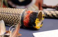 横笛。鳥の羽根や幾何学模様で装飾している