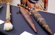儀礼用の剣とレインスティック(雨のような音を出す楽器)