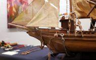 アマゾン川交易船 (模型)。大河アマゾンを帆を張って渡航する船。マンジョーカイモや果物、革製品、魚、肉を、石鹸やマッチなどの日常品と物々交換する