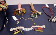 首飾り・耳飾り等。木の棒やビーズ製等、バラエティに富んでいる。異文化との融合